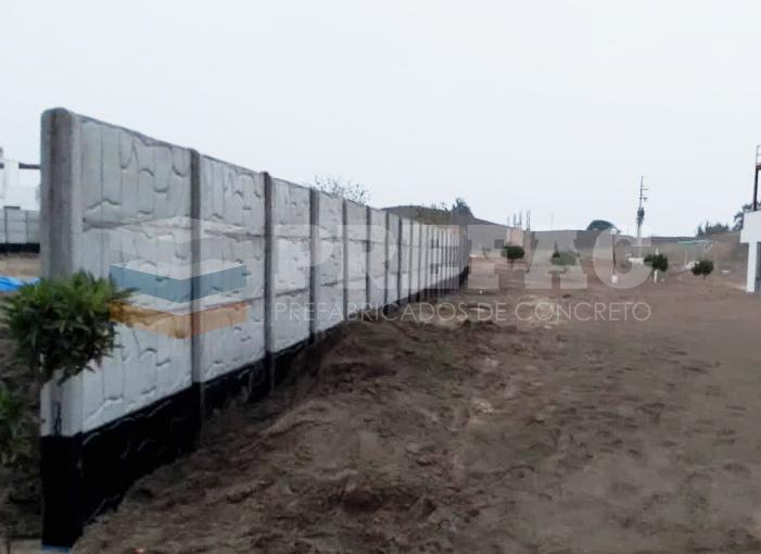Cercos tipo placa prefabricados de 2.00 mts de alto, ubicación San Bartolo. Fabricación, traslado e instalación de prefabricados de concreto.